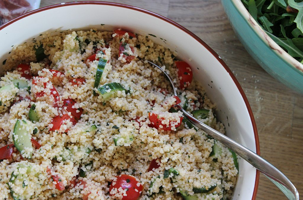 Cous-Cous Salat mit Tomaten, Gurke und Minze